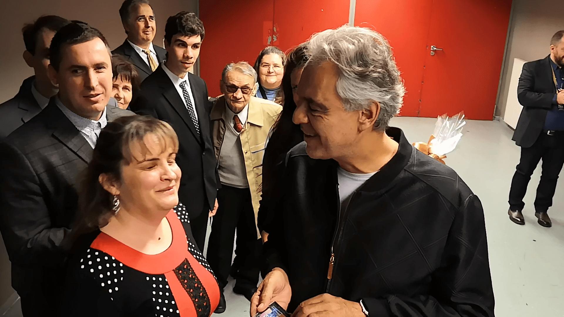 Andrea Bocelli, Máj Kriszta a képen, Bocelli olvassa a Braille-feliratot