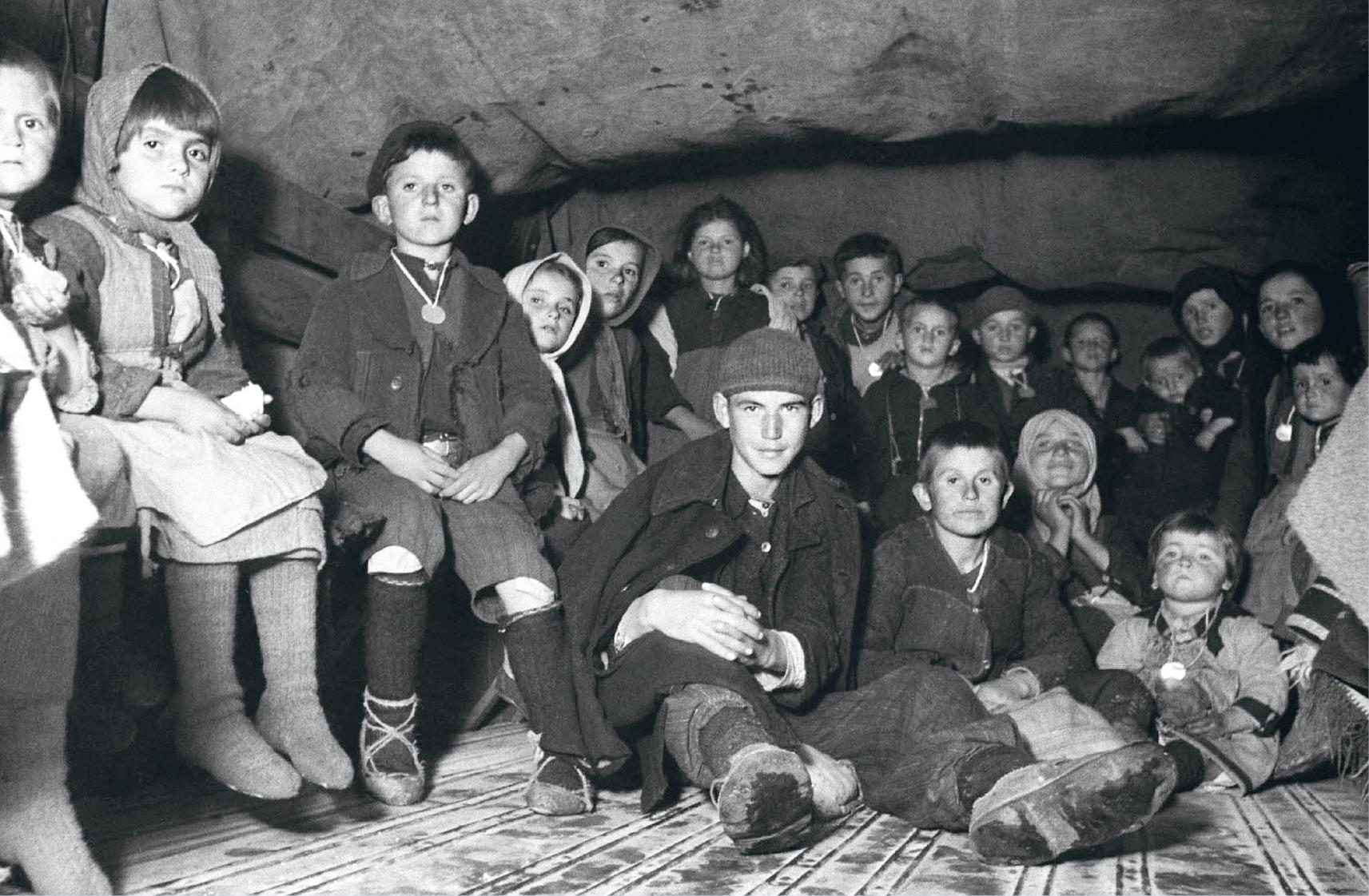 Görög menekült gyerekek érkezése 1948 áprilisában. Úttalan utakon