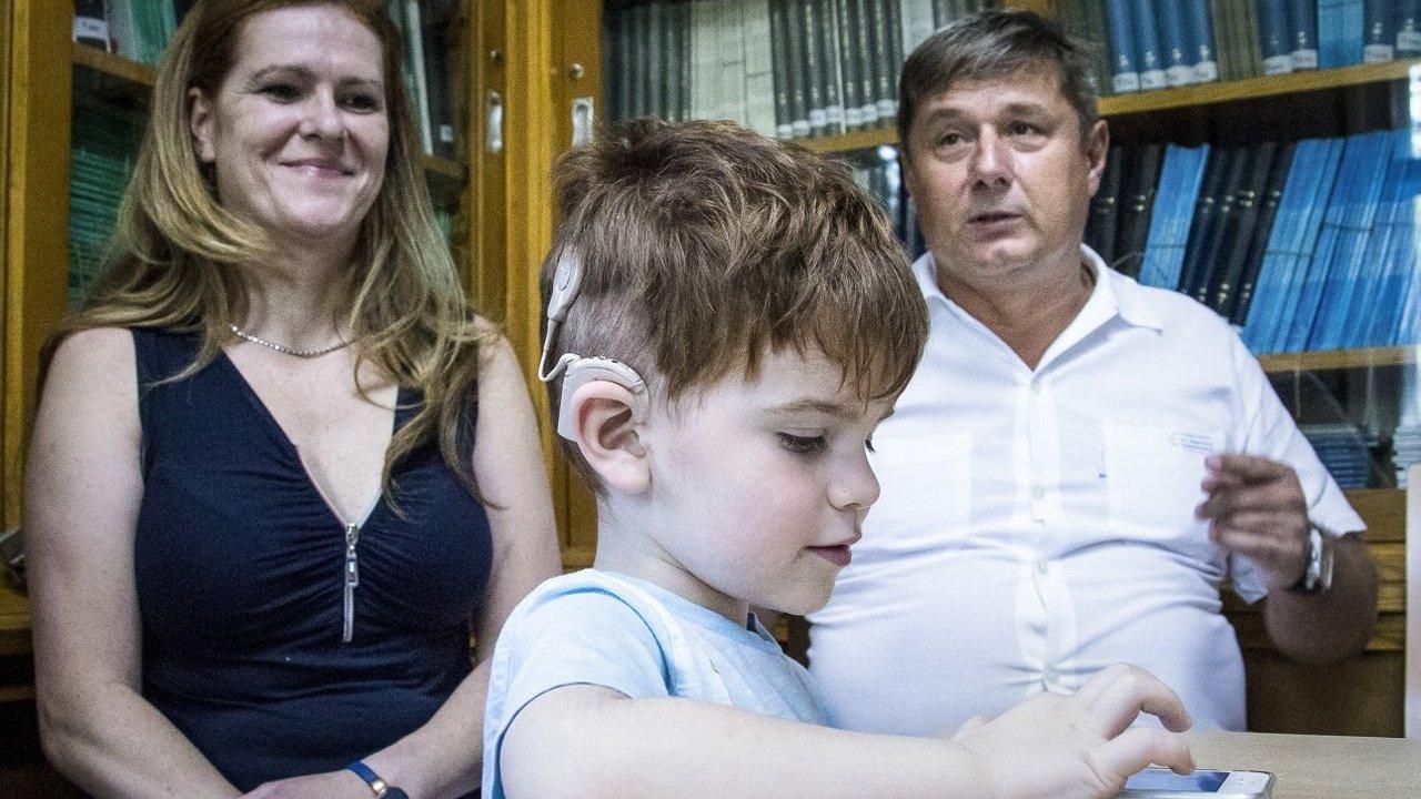 Szegeden kapott esélyt a teljes életre az olimpiai bajnok kisfia - A hallássérült Áron hamarosan megtanul beszélni is.jpg